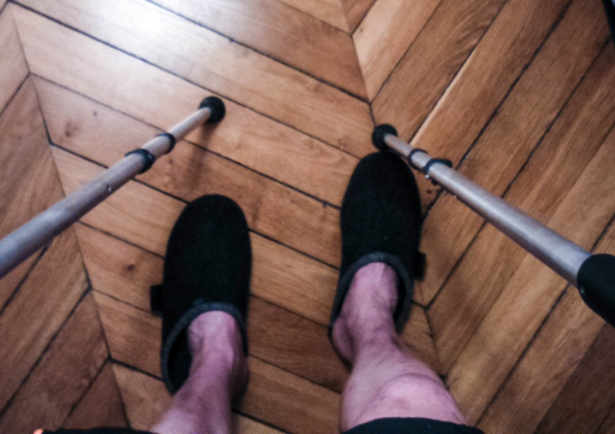 Marcher avec béquilles